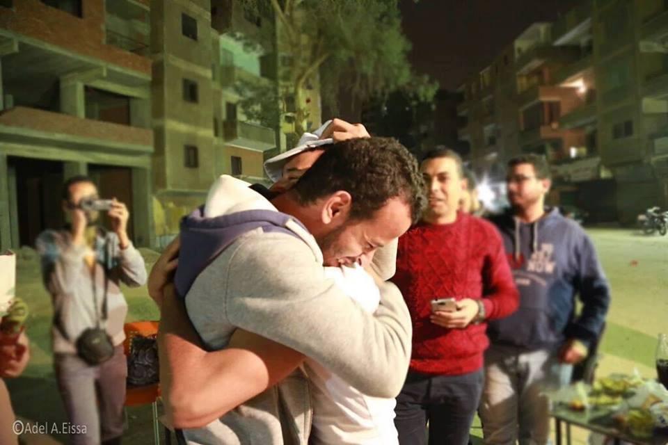 """محمود محمد """"معتقل التيشيرت"""" في أحضان أخيه بعد إخلاء سبيله"""