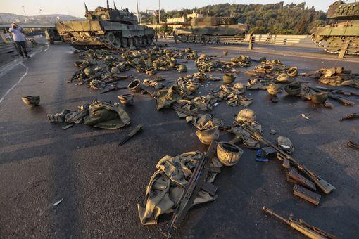 صورة لملابس وأسلحة جنود منتمين للحركة الإنقلابية بعد إستسلامهم لقوات الشرطة.
