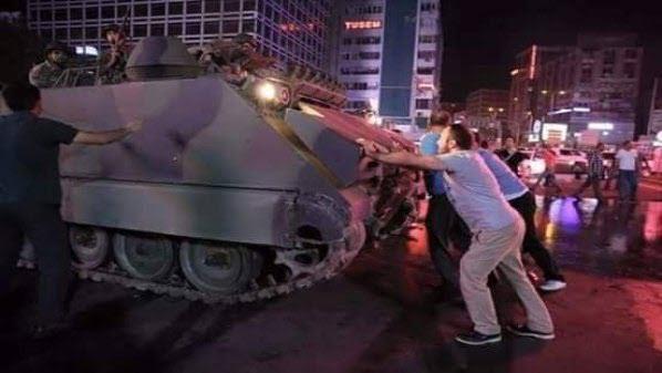صورة للمتظاهرين الأتراك يتصدون لمدرعات قوات الانقلاب