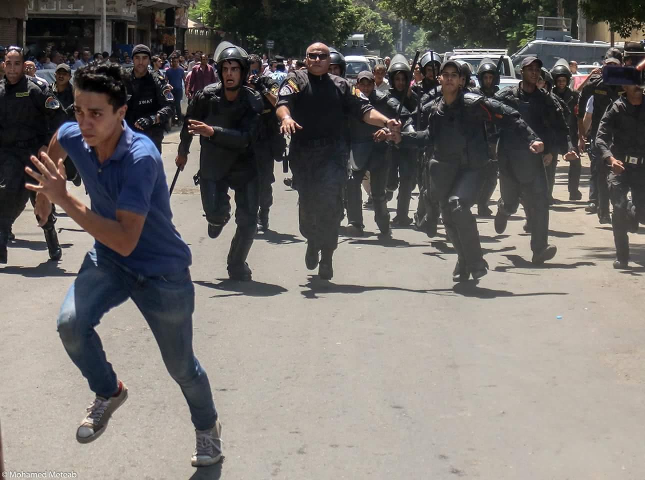 طالب يهرب من مطاردة قوات الأمن له أثناء مظاهرات طلاب الثانوية العامة 2016