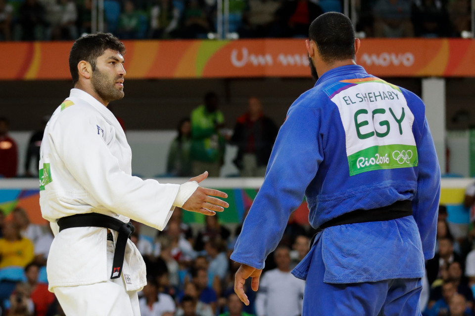 لاعب الجودو المصري يرفض إلقاء التحية على نظيره الإسرائيلي