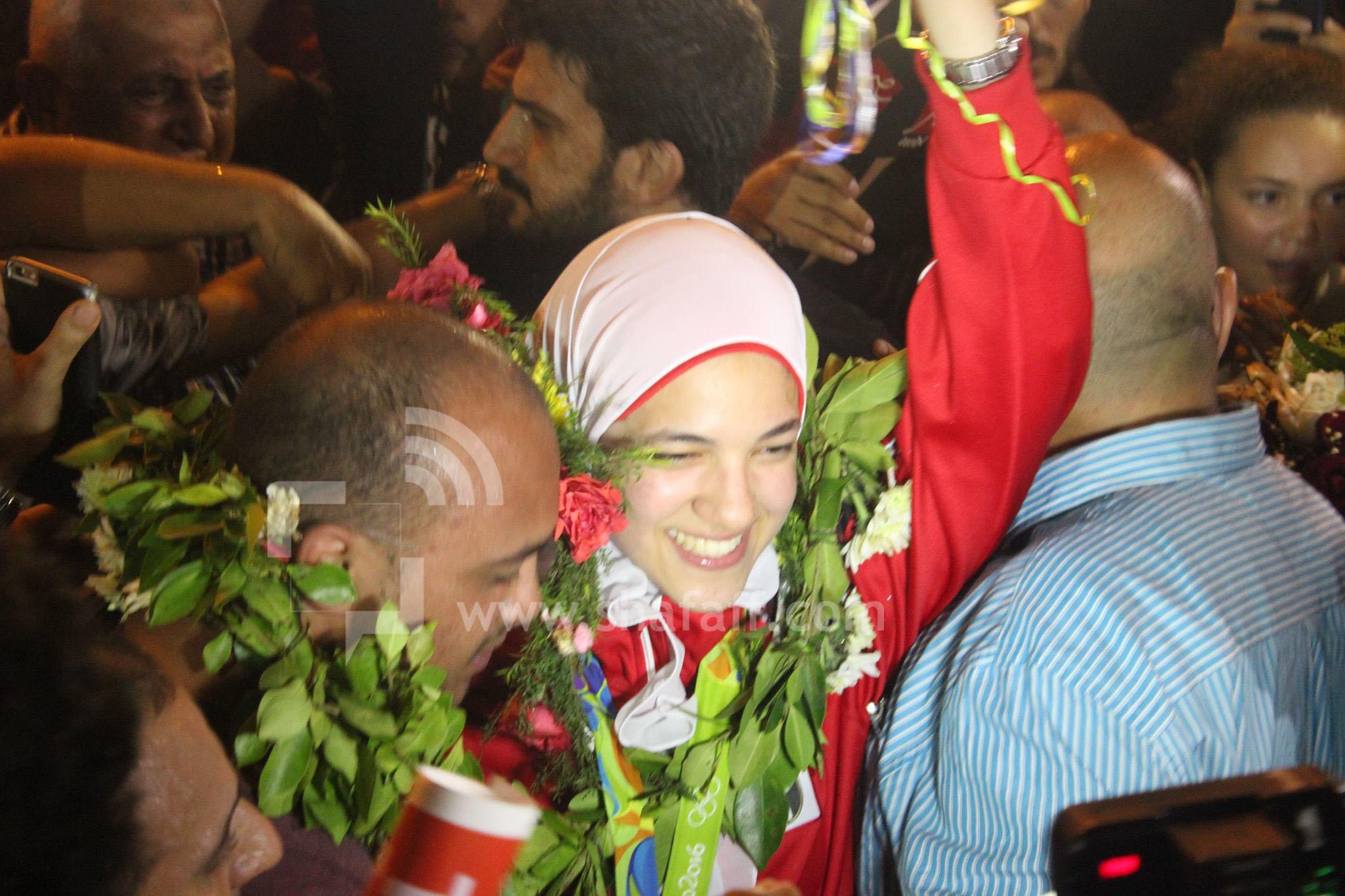 لحظة وصول هداية ملاك إلى مطار القاهرة