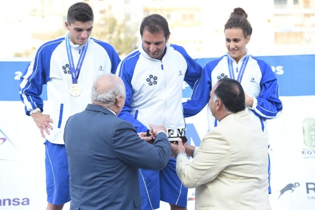 الفريق الإيطالي أثناء تسلمه للجوائز