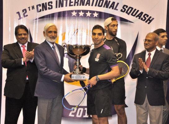 اللاعب زاهد محمد أثناء تسلمه الجائزة